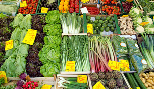 market stall with vegetables and saladの写真素材 [FYI00845763]