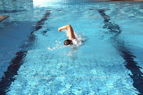 a man swims crawlの写真素材 [FYI00845969]