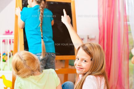 children playing schoolの素材 [FYI00845975]