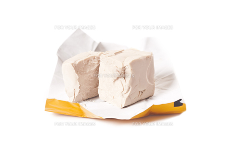 fresh yeast on white backgroundの素材 [FYI00845981]