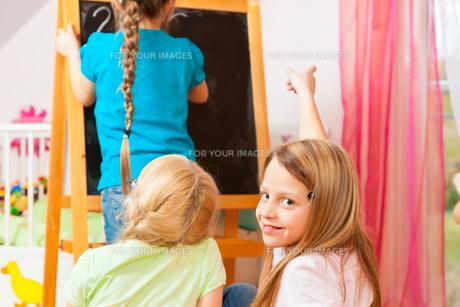 children playing schoolの素材 [FYI00846019]