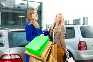 two women were shopping and driving homeの写真素材 [FYI00846403]
