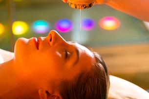 woman enjoying a ayurveda oil massageの写真素材 [FYI00846416]