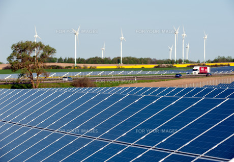 wind turbines and solar panels in a rapeseed fieldの写真素材 [FYI00846504]