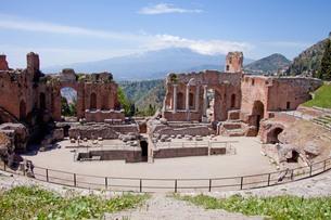 greek theatre in taormina and the etnaの写真素材 [FYI00846928]