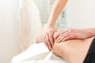 patient at the physiotherapy - massageの素材 [FYI00846948]