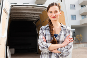 woman in front of moving truck while movingの写真素材 [FYI00847026]