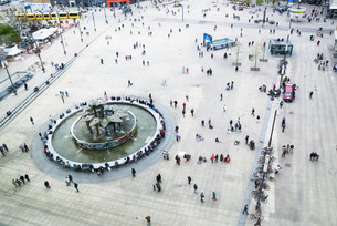 alexanderplatz from above with people's friendship fountainの写真素材 [FYI00847095]