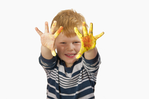 boy paints with finger paintsの素材 [FYI00847104]