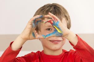 boy paints with finger paintsの素材 [FYI00847112]
