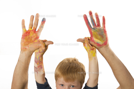 boy holds the hands of his papasの素材 [FYI00847114]