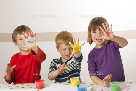 child painting with finger paintsの素材 [FYI00847132]