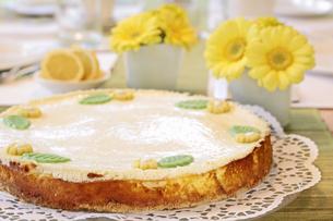 cheesecake on coffee tableの写真素材 [FYI00847203]