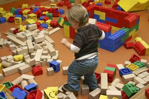 little boy playing with building blocksの写真素材 [FYI00847282]