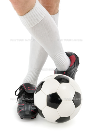 football and feet in a casual poseの写真素材 [FYI00847838]