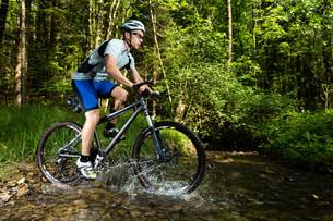 mountain bikers in actionの写真素材 [FYI00848047]