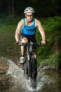 mountain bikers in actionの写真素材 [FYI00848055]
