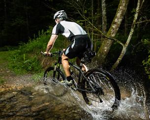 mountain biker in actionの写真素材 [FYI00848089]