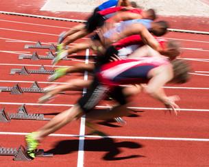 sprint start in blurred motionの写真素材 [FYI00848286]