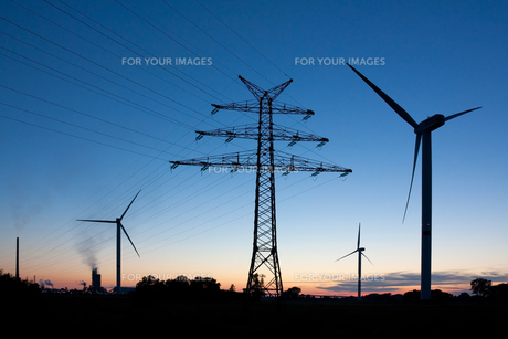power pole and windmills at duskの写真素材 [FYI00848360]