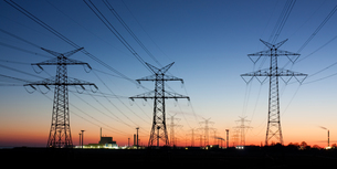 electricity pylons at dusk,on the horizon nuclear power plantの写真素材 [FYI00848368]