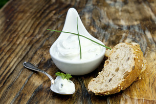 fresh bread with herb quark and tomatoes to snack on eiの写真素材 [FYI00848448]