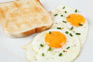 fried egg and toastの写真素材 [FYI00852162]