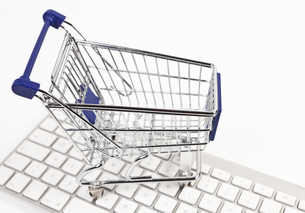 shopping cart on keyboardの写真素材 [FYI00852720]