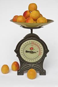 kitchen scale with fruitsの素材 [FYI00852831]