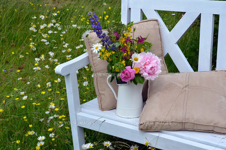 garden bench flower meadowの写真素材 [FYI00852980]