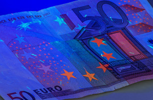 fifty euro note under ultraviolet lightの写真素材 [FYI00853297]