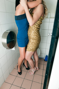 two women kissing in the toiletの写真素材 [FYI00853336]