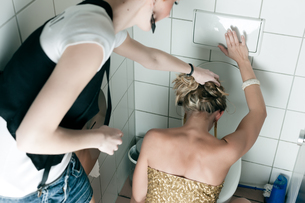 woman vomits in the toiletの写真素材 [FYI00853348]