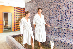 man and woman at wellness water treadingの写真素材 [FYI00853350]