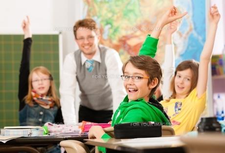 schoolchildren and teacher learning at schoolの写真素材 [FYI00853366]
