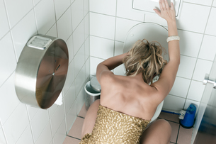 woman vomits in the toiletの写真素材 [FYI00853370]