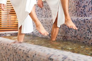 man and woman wellness water treadingの写真素材 [FYI00853384]