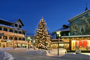 weihnachtlicher village square in oberammergauの写真素材 [FYI00853462]