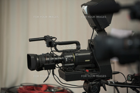 video camera in tv studioの素材 [FYI00853671]