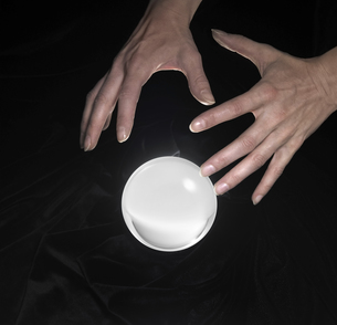 crystal ball and hands aroundの写真素材 [FYI00853748]
