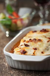 italian lasagna on a square plateの写真素材 [FYI00854541]