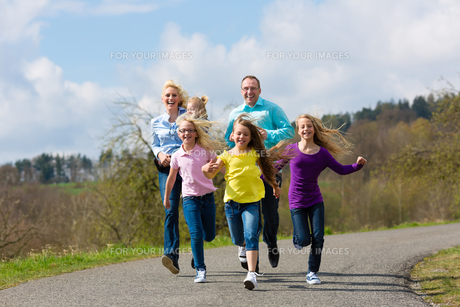 family jogging outdoorsの写真素材 [FYI00854646]
