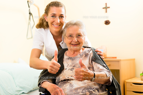 age and nursing - nurse and a senior in the nursing homeの素材 [FYI00854681]