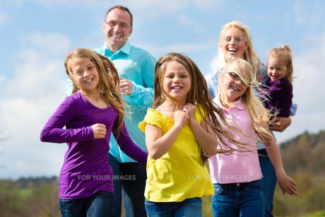 family jogging outdoorsの写真素材 [FYI00854710]