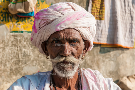 an old indian man sitting with turban and beard,rajasthan,indiaの写真素材 [FYI00854837]