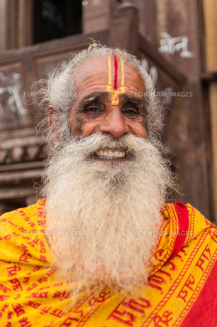 old indian man with beard and festively painted face,orchha,rajasthの写真素材 [FYI00854862]