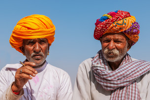 two old indian man with colorful turban against a blue sky,jodhpur,rajasthan,indiaの写真素材 [FYI00854868]