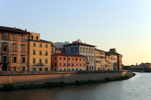 houses along the arno in pisa / italyの写真素材 [FYI00855205]