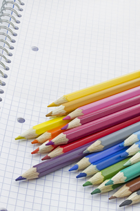 colored pencils on white backgroundの写真素材 [FYI00855226]