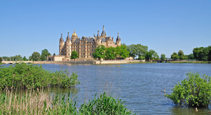schwerin castle in mecklenburg lake districtの写真素材 [FYI00855249]